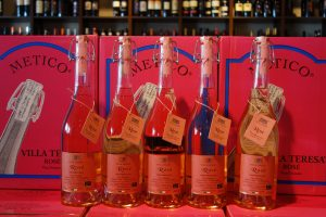 Rosé-Flaschen vor Kartons