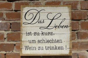 """Schild: """"Das Leben ist zu kurz, um schlechten Wein zu trinken!"""""""