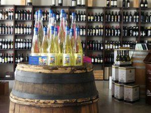 Flaschen auf Weinfass