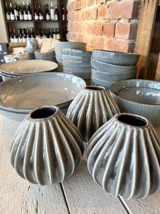 Geschirr und Vasen